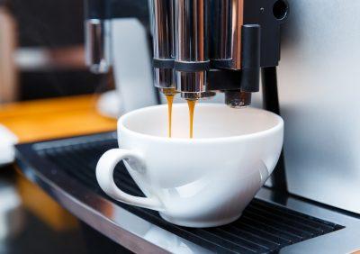 Machine à café espresso et tasse porcelaine