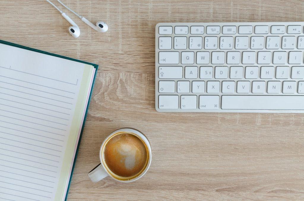 travail, ordinateur, café, clavier, écouteurs, cahier