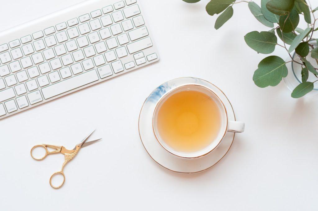 thé, tasse, clavier, ciseau, bureau, plante
