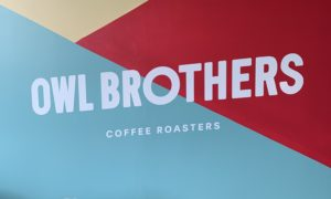 Mur peint avec le logo d'Owl Brothers