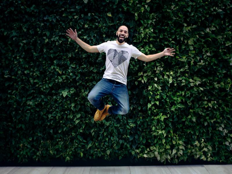 Homme heureux qui saute.